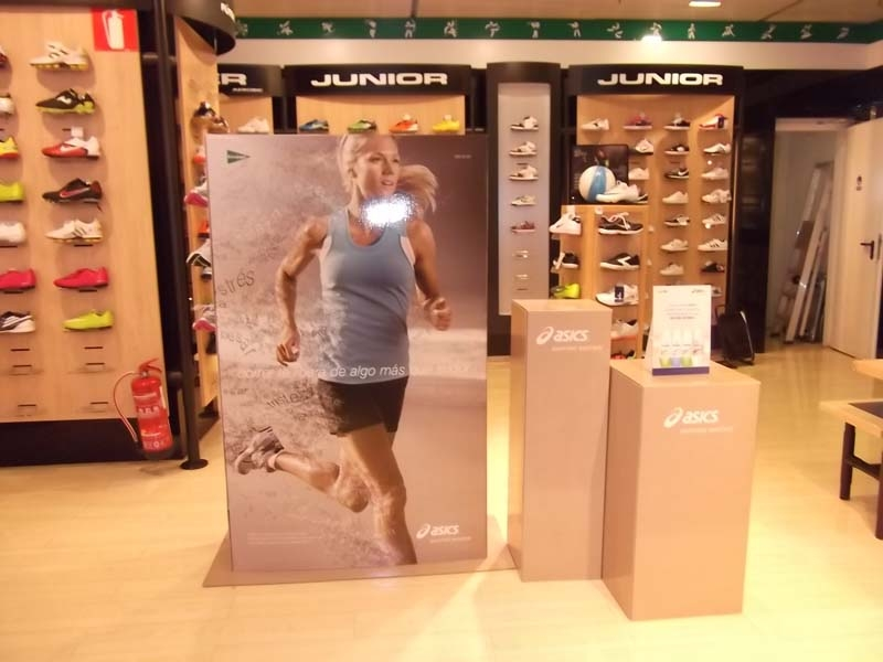 DISPLAY TOTEM CARTON ABIPLEX Asics
